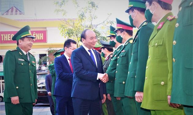 Danang: Nguyên Xuân Phuc rend visite à des militaires et aux autorités de l'arrondissement de Hai Châu