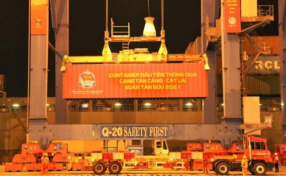 Tân Cang Sài Gon accueille le premier container de l'année du Buffle