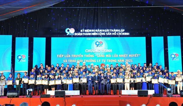 Remise du prix Ly Tu Trong à 98 cadres exemplaires de l'Union de la jeunesse communiste Hô Chi Minh
