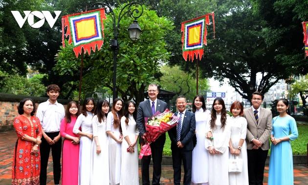 Đại sứ Mỹ ấn tượng với truyền thống hiếu học của Việt Nam khi thăm Văn Miếu - Quốc Tử Giám