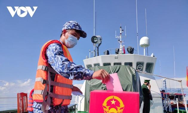 Cán bộ, chiến sĩ bầu cử sớm trên biển Bạc Liêu