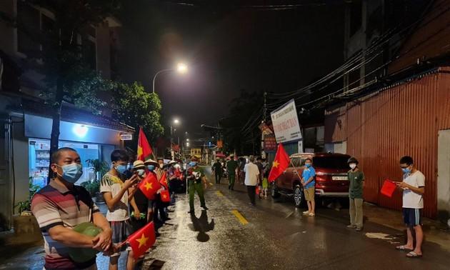 """Người dân xã Xuân Lâm (Bắc Ninh) đội mưa """"ăn mừng"""" dỡ phong toả"""