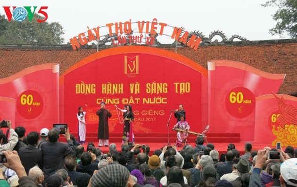 在文庙国子监举行的越南诗歌日活动的精彩瞬间