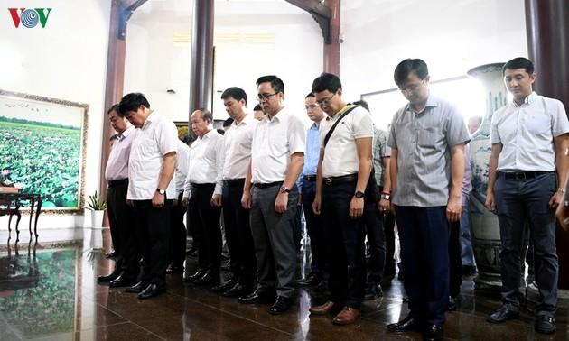 出席全国广播节的代表团在胡志明主席父亲阮生色副榜遗迹区上香