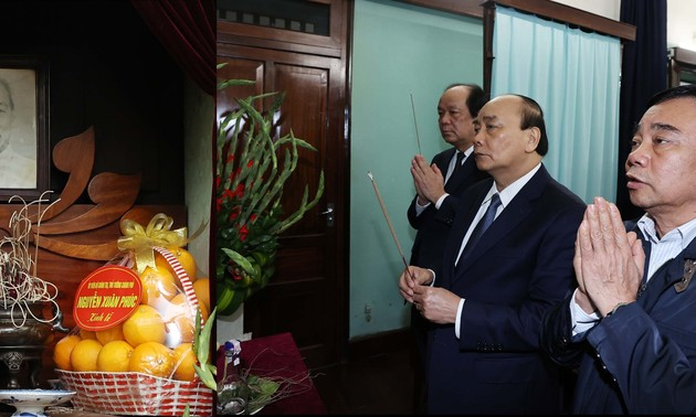 越南政府总理阮春福在主席府胡志明主席遗迹区上香,缅怀胡志明主席
