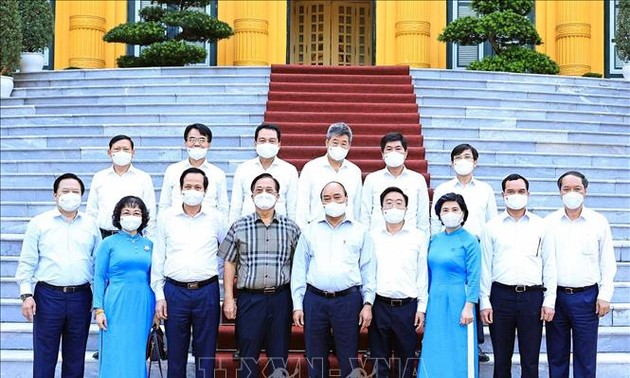 国家主席阮春福会见越南纺织品服装行业实现双重目标模范