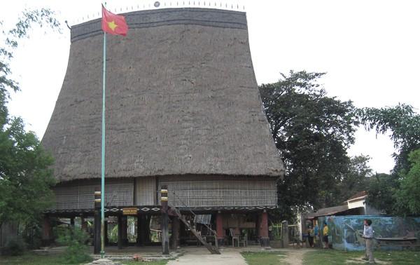 Rumah gadang dari warga etnis minoritas Bana