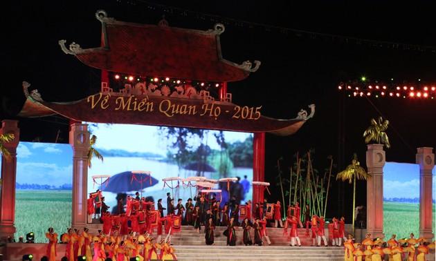 """Ketua MN Nguyen Sinh Hung menghadiri program """"Pulang ke daerah lagu rakyat Quan Ho"""" tahun 2015"""