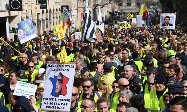 Gilets jaunes: saccages, pillages, incendies… scènes de violences sur les Champs-Élysées