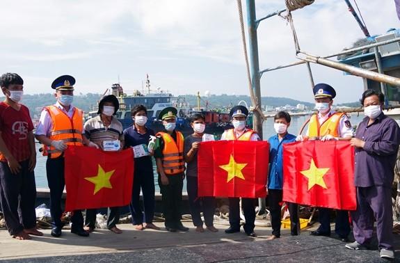 Seepolizei begleitet Fischer im Inselkreis Bach Long Vi in der Hafenstadt Hai Phong