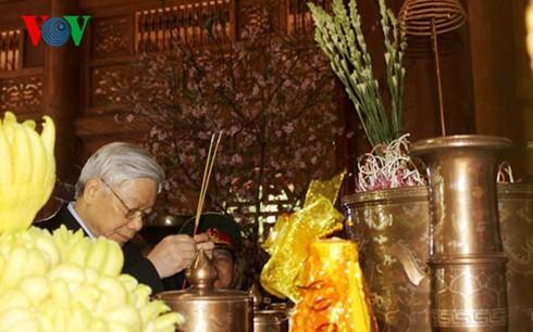 KPV-Generalsekretär Nguyen Phu Trong zündet Räucherstäbchen für Präsident Ho Chi Minh an