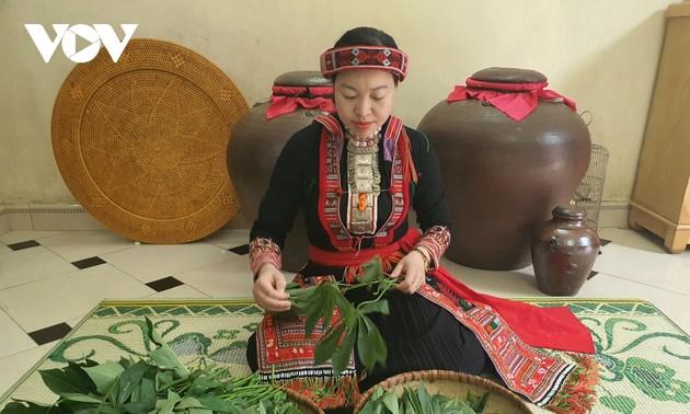 Sauer-Maniokblätter – köstliches Essen der Volksgruppe der Dao