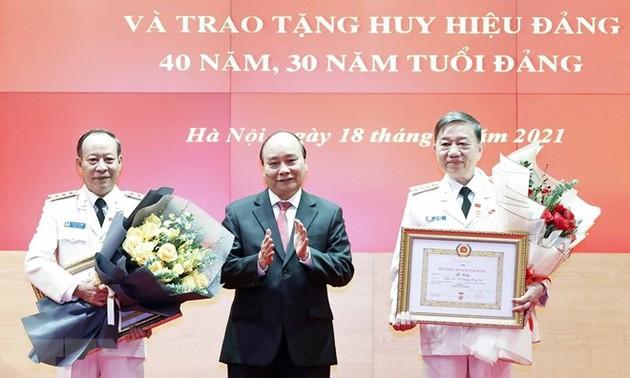 Staatspräsident überreicht Abzeichen für 40- und 30-jährige Mitgliedschaft der Partei an Leitung des Polizeiministeriums