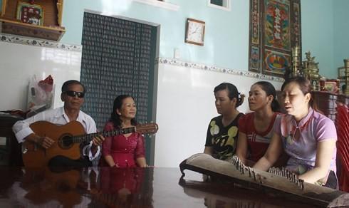 "Kursus mengajar seni musik dan lagu ""Don Ca Tai Tu"" dari Tran Ngoc Nuong, seorang seniman yang istimewa."