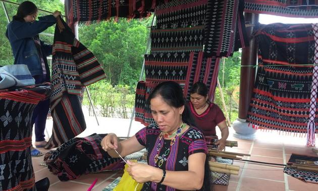 Menjaga dan mengembangkan kerajinan menenun Zeng tradisional di Kabupaten A Luoi