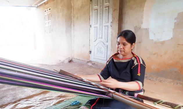 Kaum Perempuan di Dukuh Knia, Kecamatan Ea Tul, Provinsi Dak Lak Melestarikan Kerajinan Tenun Ikat Tradisional