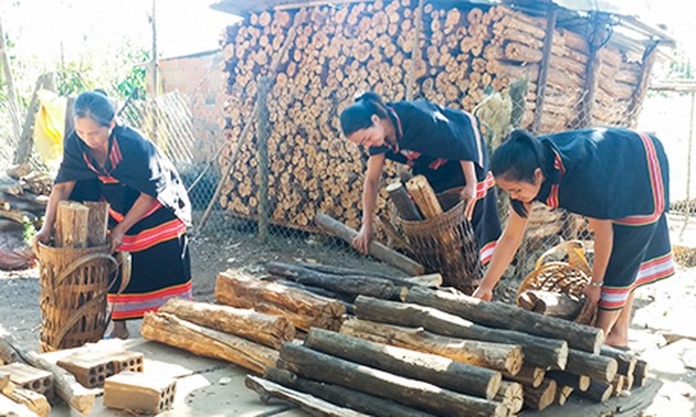 Wood, a treasured symbol of love by Gie Trieng women