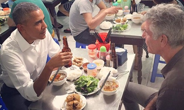 """""""Obama"""" grilled pork noodles in Hanoi with Italian customers"""