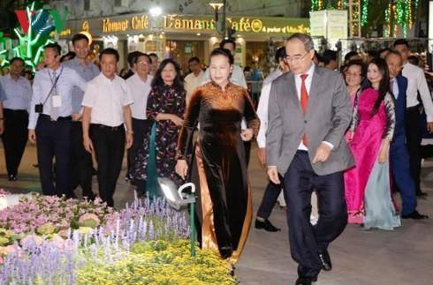 В связи с наступающим Тэтом в г.Хошимине открылась цветочная улица Нгуен Хюэ