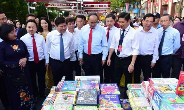 В связи с наступающим Тэтом в г.Хошимине открылся праздник «Книжная улица»