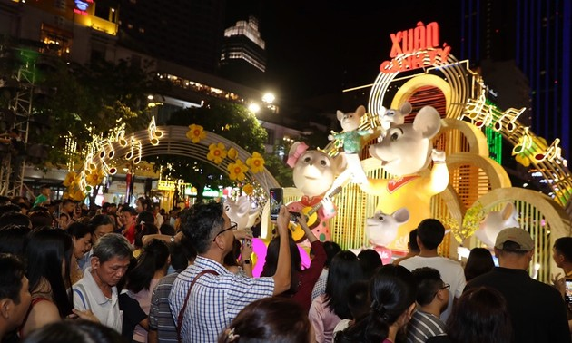 Цветочная улица Нгуен Хюэ города Хошимина привлекает большое количество посетителей