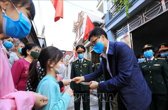 Руководители партии и государства посетили и поздравили жителей разных районов страны с новым годом