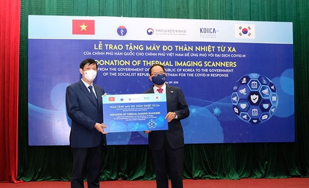 Республика Корея передала в дар Вьетнаму 40 тепловизоров для измерения температуры тела человека