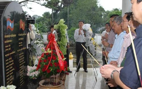 Đại sứ quán Việt Nam tại Lào dâng hương tưởng nhớ quân tình nguyện