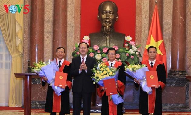 Chủ tịch nước Trần Đại Quang trao Quyết định bổ nhiệm Thẩm phán Tòa án nhân dân tối cao