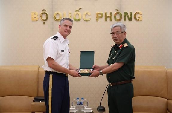 Thượng tướng Nguyễn Chí Vịnh tiếp Tùy viên Quốc phòng Hoa Kỳ