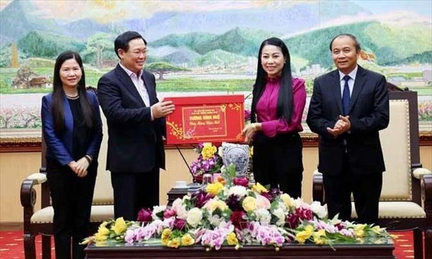 Phó Thủ tướng Vương Đình Huệ trao quà Tết cho các gia đình chính sách tại Vĩnh Phúc