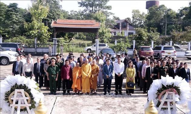 Dâng hương tưởng niệm 73 năm ngày Thương binh liệt sỹ tại Lào