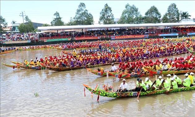 Trà Vinh – Sóc Trăng tưng bừng lễ hội Oóc Om Bóc – đua ghe Ngo