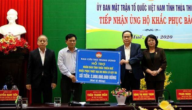 Ủy ban Trung ương Mặt trận Tổ quốc Việt Nam trao 2 tỉ đồng ủng hộ khắc phục bão, lũ tại tỉnh Thừa Thiên Huế