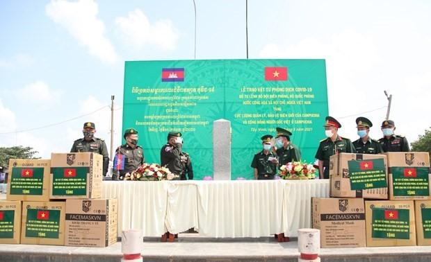 Bộ Tư lệnh Bộ đội Biên phòng Việt Nam tặng vật tư y tế phòng, chống dịch COVID-19 cho Lào, Campuchia