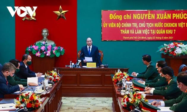 Chủ tịch nước Nguyễn Xuân Phúc  kiểm tra công tác sẵn sàng chiến đấu tại Quân khu 7