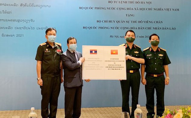 Bộ Tư lệnh Thủ đô Hà Nội hỗ trợ vật tư y tế chống dịch COVID-19 cho Bộ Chỉ huy quân sự Thủ đô Vientiane (Lào)
