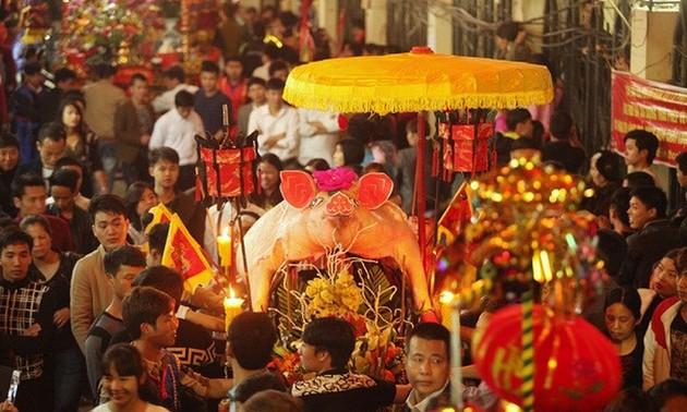 """Pesta mengarak """"embah babi"""" di Desa La Phu"""