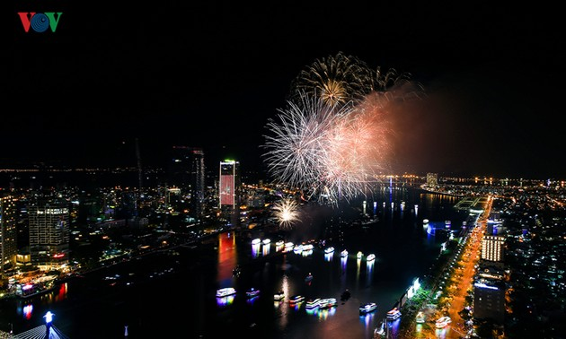 Visitors to Danang treated to spectacular fireworks displays