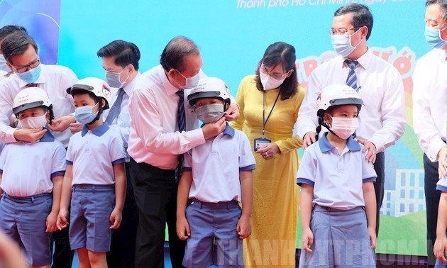 Deputy Prime Minister presents helmets to primary school students