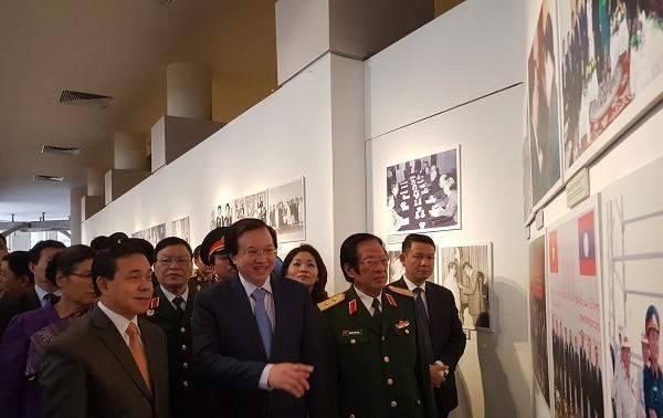 Photo exhibition features Vietnam-Laos special friendship