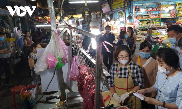 Many supermarkets, traditional markets reopen on the second day of Tet