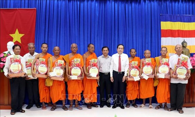 NA Vice Chairman, Fatherland Front President pays New Year visit to Khmer people
