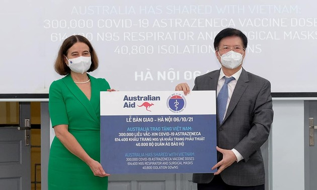 Vietnam receives 300,000 vaccine doses, medical supplies from Australia