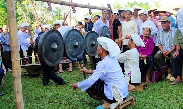 土族同胞虔灵生活中的铜锣