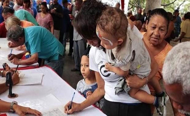 В Венесуэле продолжают сбор подписей против блокады США