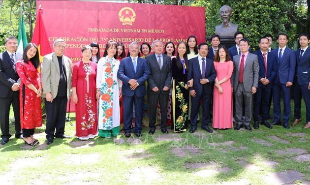 Посольства Вьетнама в Швейцарии, Сингапуре и Мексике отметили 75-летие Дня независимости и основания внешнеполитической отрасли Вьетнама