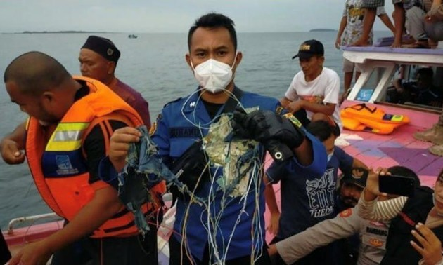 Спасатели в Индонезии извлекают обломки самолёта и фрагменты тел пассажиров Boeing 737 -500