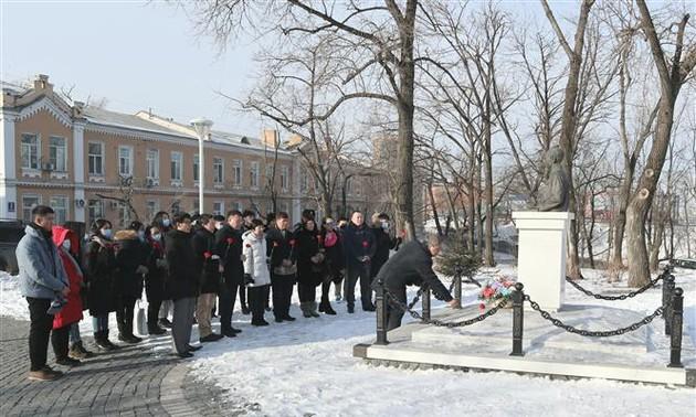 Вьетнамцы во Владивостоке возложили цветы к памятнику Президенту Хо Ши Мину по случаю Тэта 2021