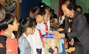 Vice President presents scholarships to disadvantaged children